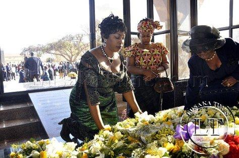 dr-chilubas-wife-regina-lays-a-wreath-on-dr-mwanawasas-tomb